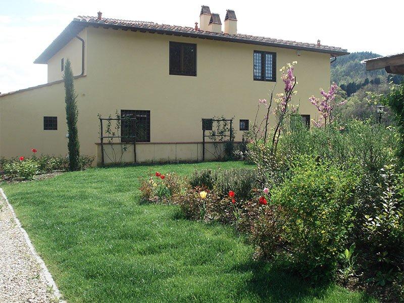 inquadratura loaterale di abitazione privata circondato da giardino