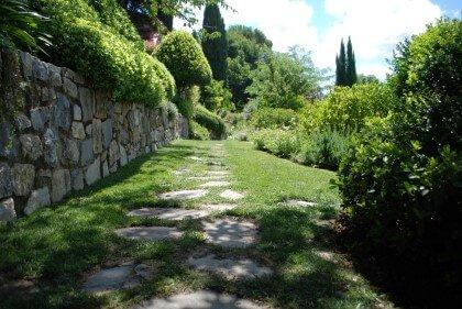 sentiero all'interno di un giardino
