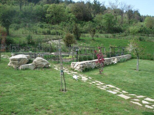 giardino privato con sentiero in pietra