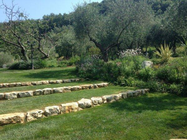 giardino con muri in pietra
