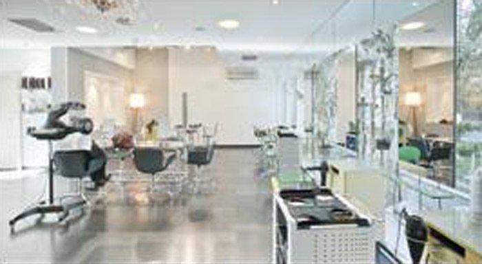 bancone e sala interna del salone di parrucchieri