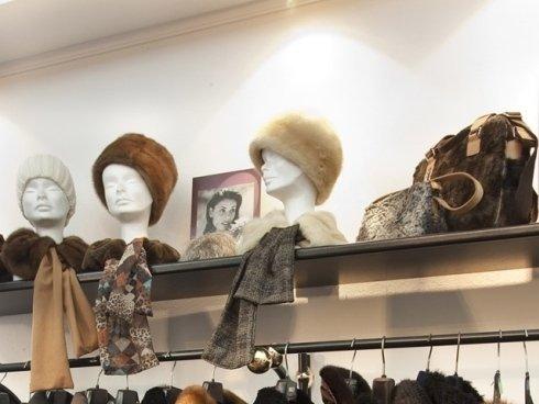 Vendiamo pellicce, cappelli e coprispalle di alta moda, adatti a soddisfare anche gusti particolarmente raffinati.