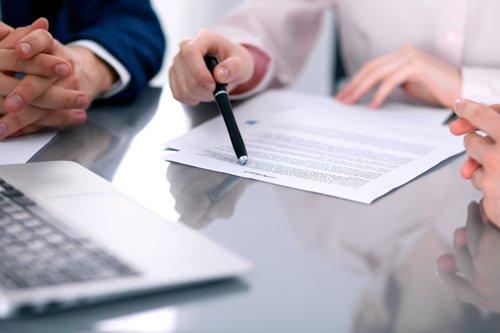 avvocati consultano un documento