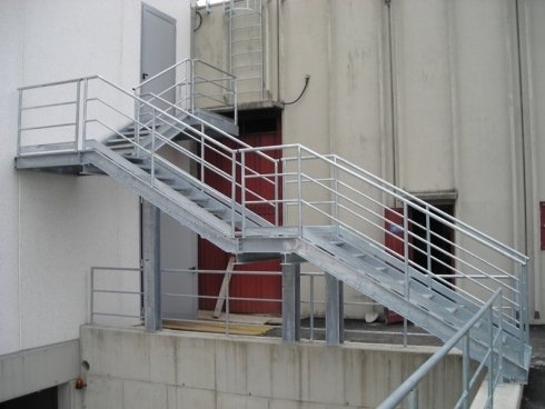 vista laterale di scale in ferro