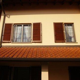 vista di due finestre in legno