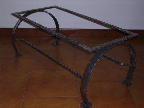 bracci di un tavolino in ferro
