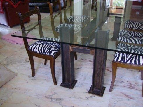 tavolo in vetro con sedie zebrate