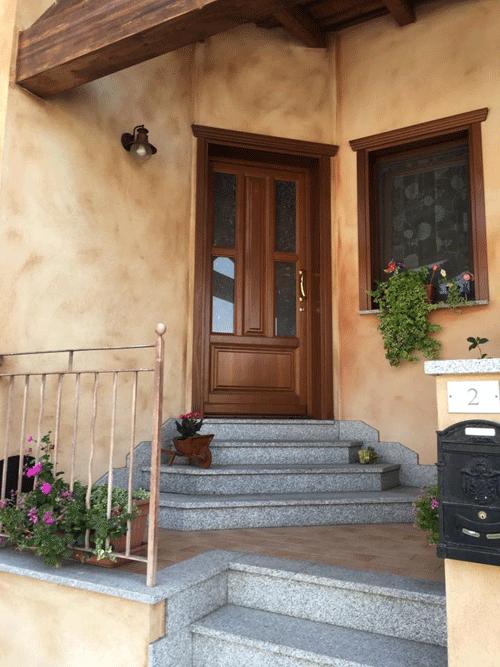 ingresso della casa con porta in legno