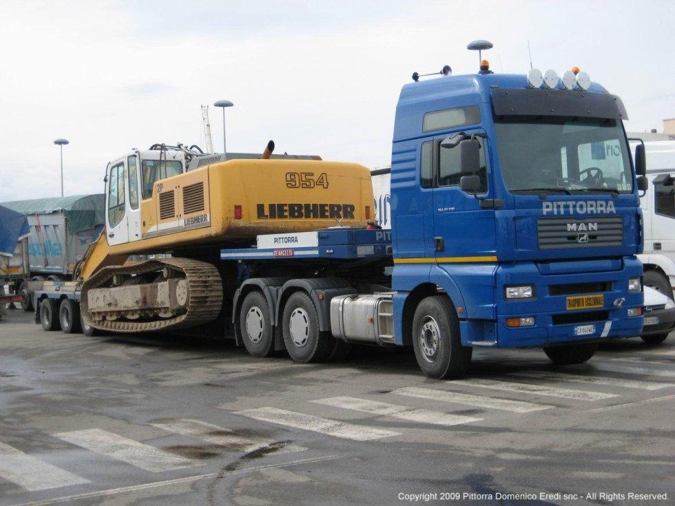 camion con rimorchio per trasporto eccezionale di mezzi pesanti
