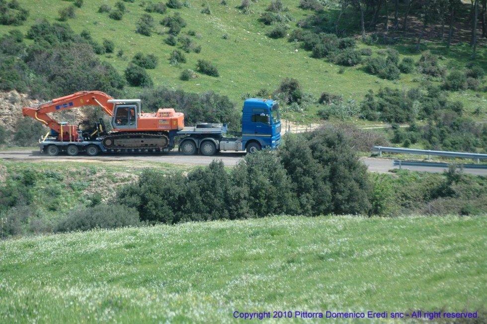foto di un camion durante un trasporto eccezionale