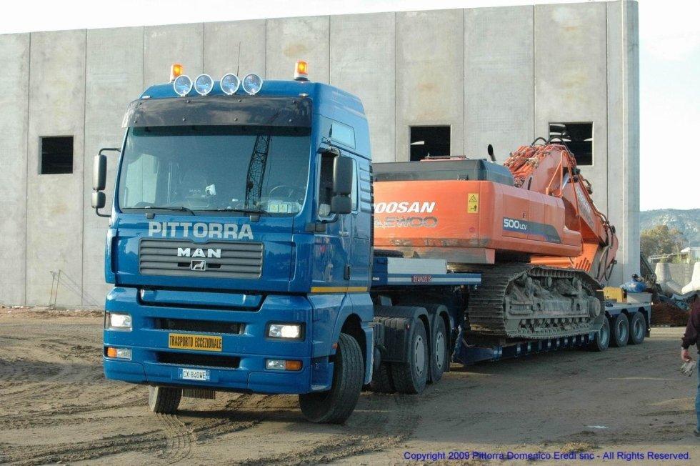 camion mentre trasporta un mezzo pesante