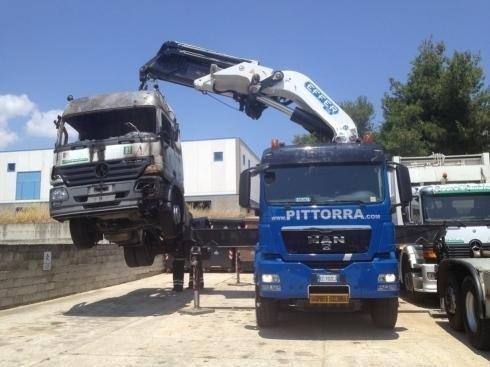 camion che solleva un mezzo pesante