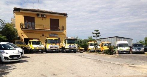 veicoli di soccorso stradale parcheggiati