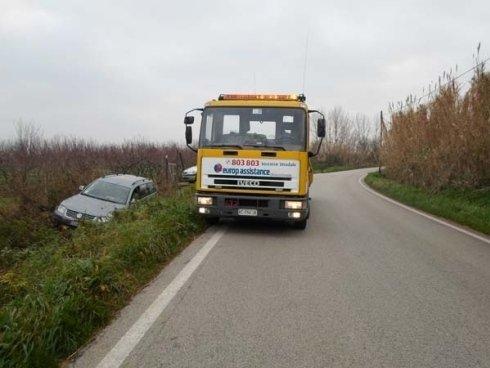 carro attrezzi su una strada