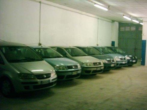 macchine in un parcheggio coperto