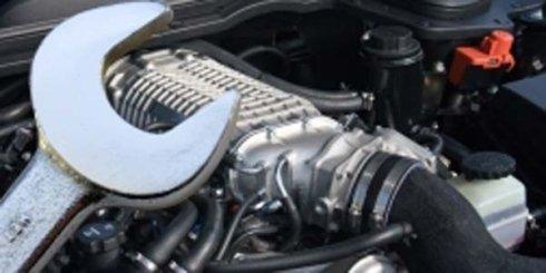 una chiave inglese e un motore