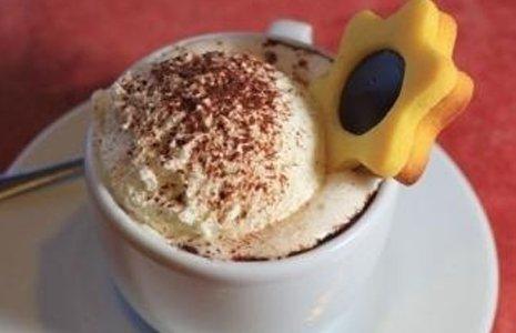 caffè con panna e biscotto