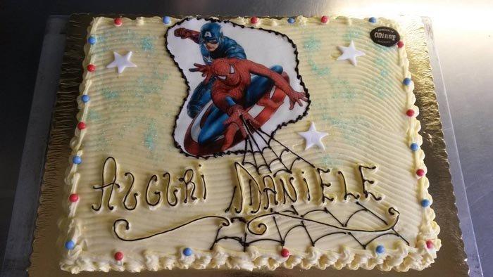 torta rettangolare con scritta AUGURI DANIELE e immagine di Spider Man