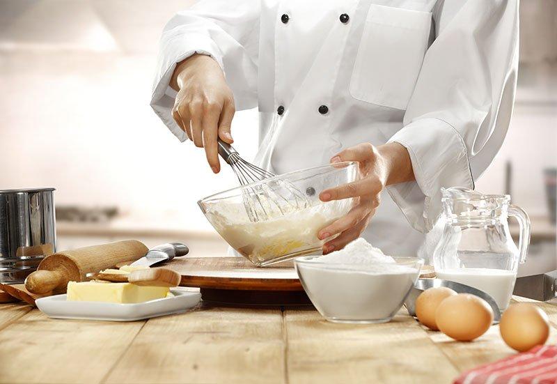 Mastro pasticcere prepara una torta a Potenza