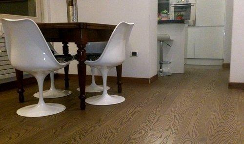 un tavolo con due sedie di plastica