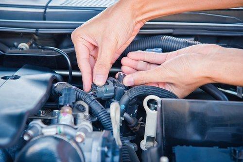 Meccanico che ripara motore auto