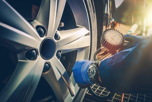 meccanico che ripara pneumatici auto