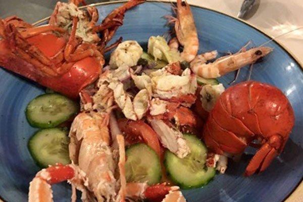 un piatto di aragosta, gamberi e degli scampi