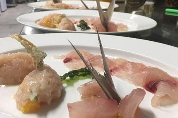 un piatto di carpaccio di pesce
