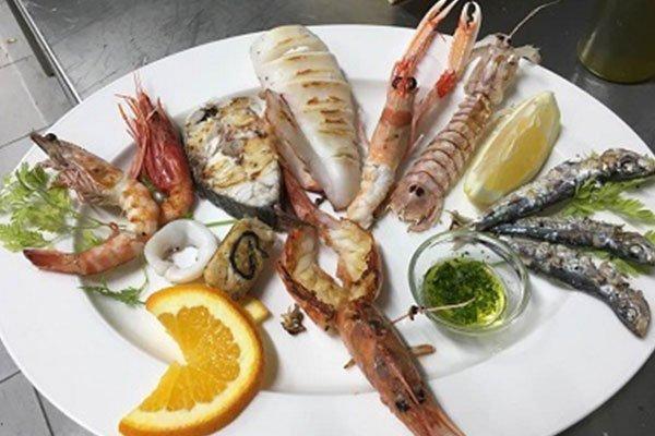 Un piatto di misto di pesce alla griglia