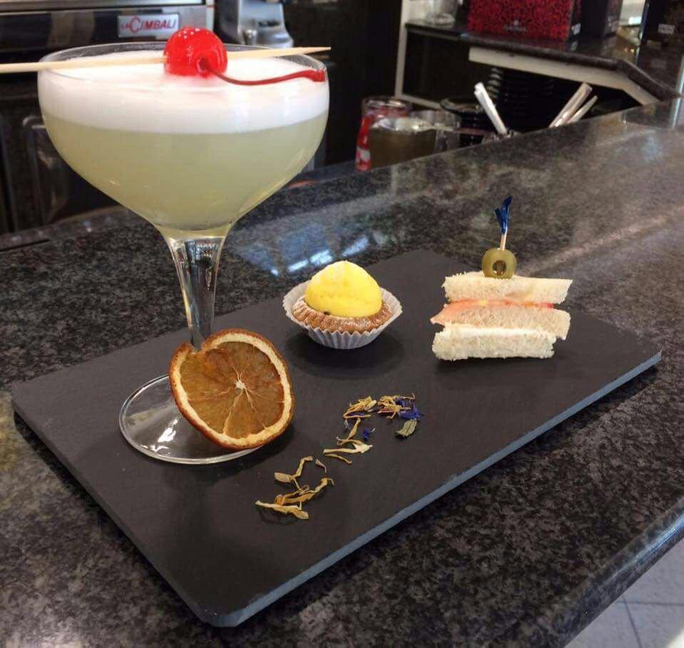 piatto con cocktail e assaggino - cocktails - Cantagallo (PO)