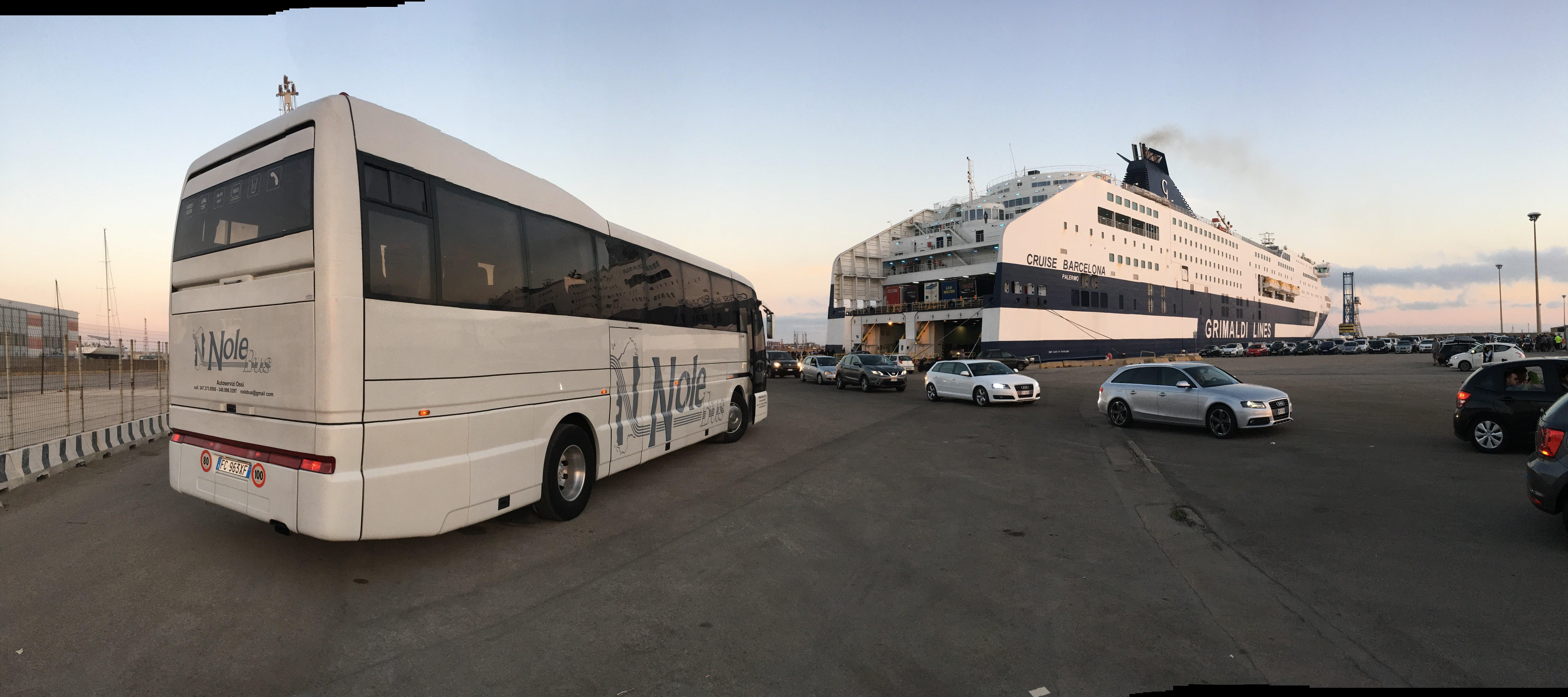 autobus parcheggiato all'imbarco di una nave