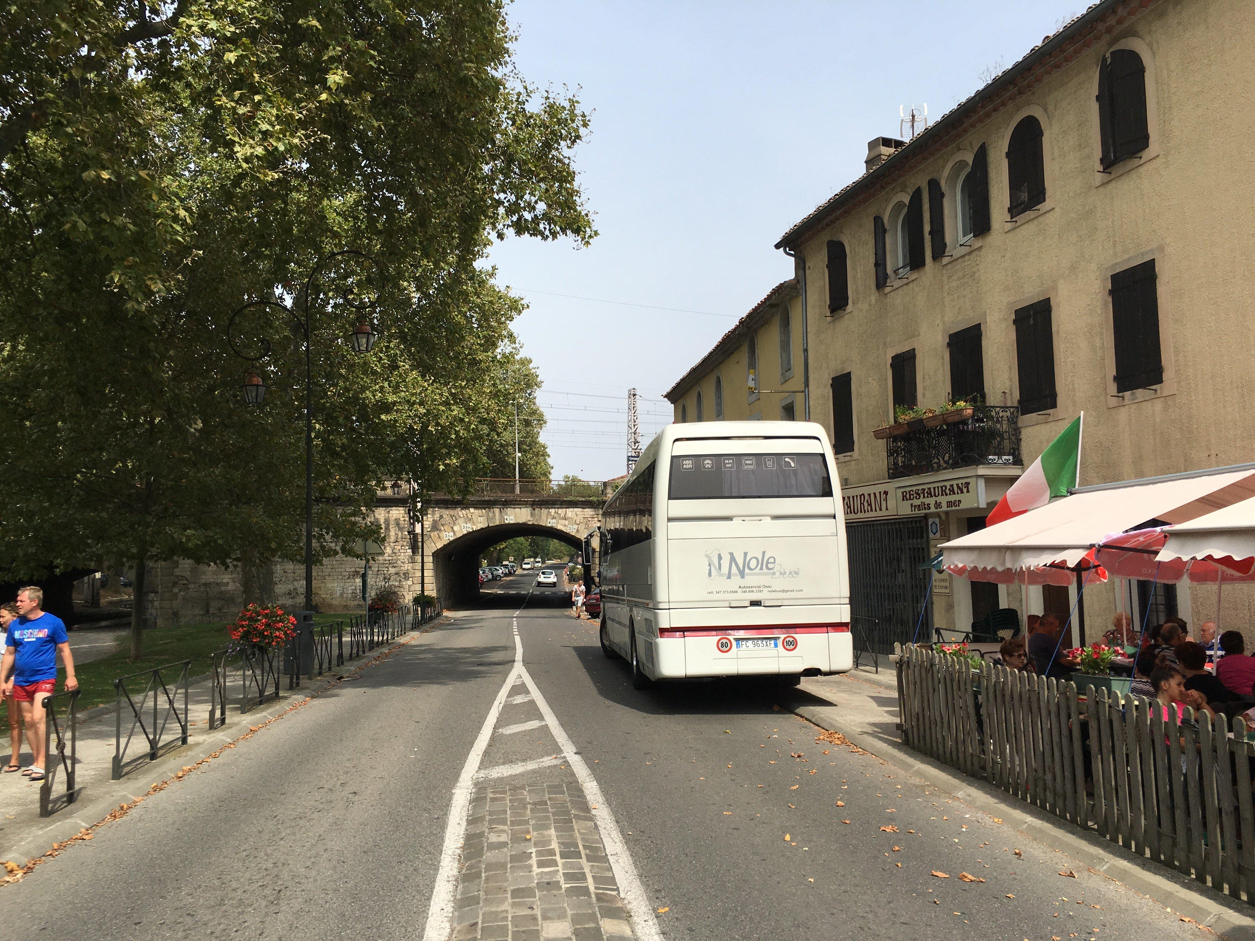 autobus che cammina su strada nolobus