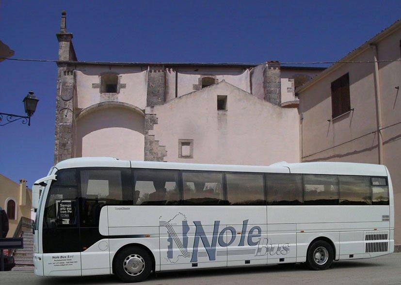 autobus parcheggiato davanti una monumento