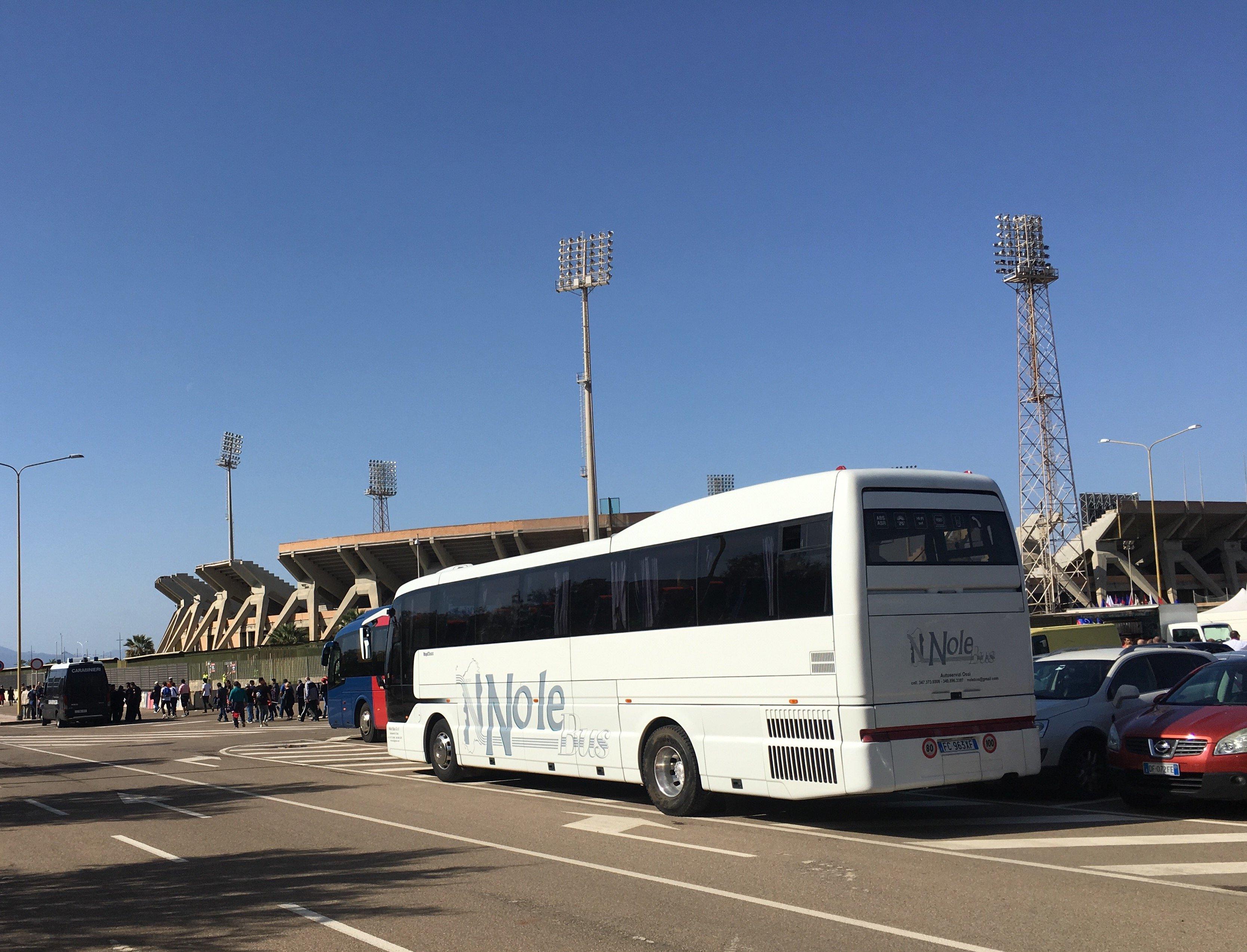 autobus parcheggiato in strada Nolobus