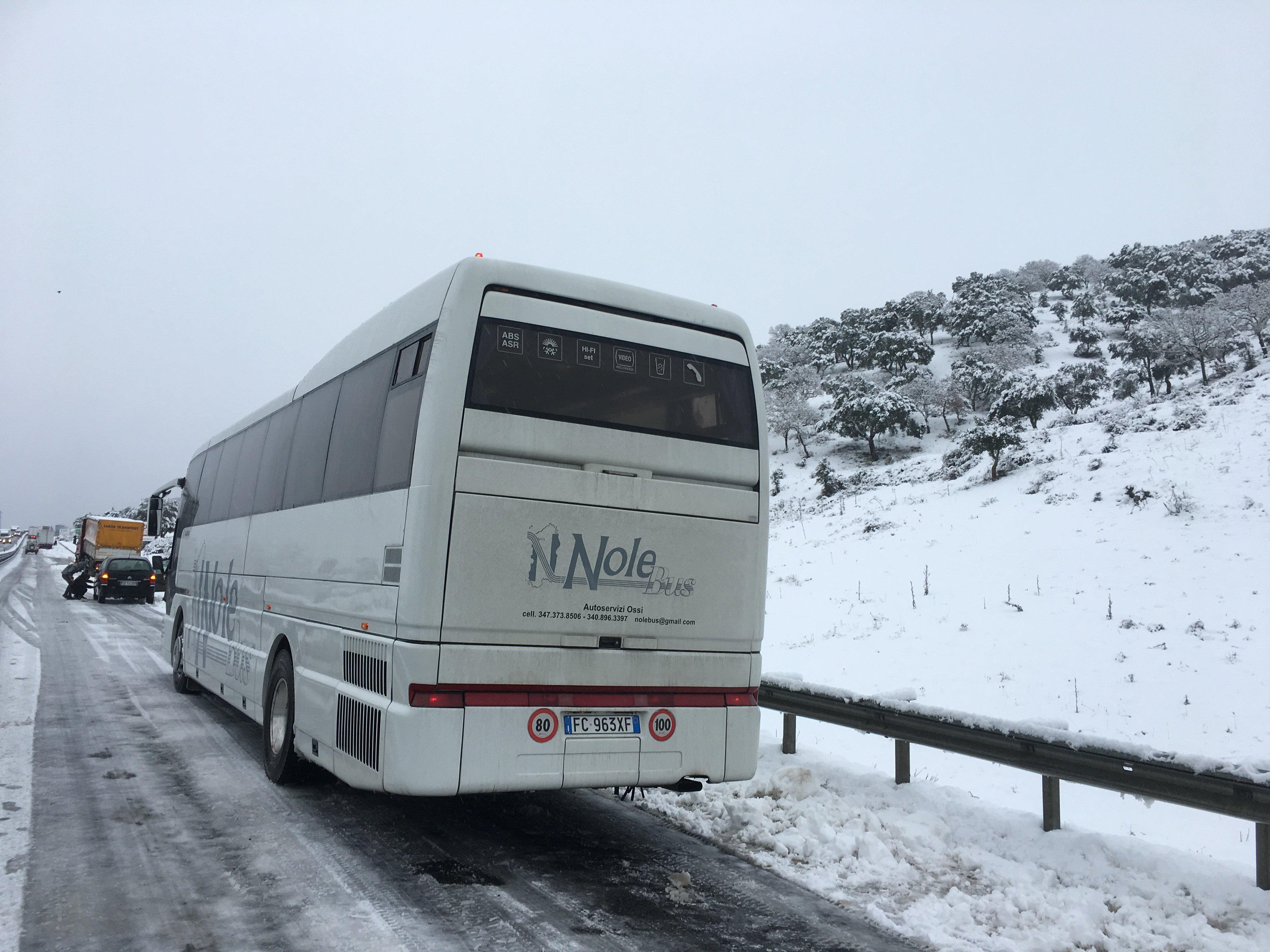 autobus che cammina sulla neve Nolobus