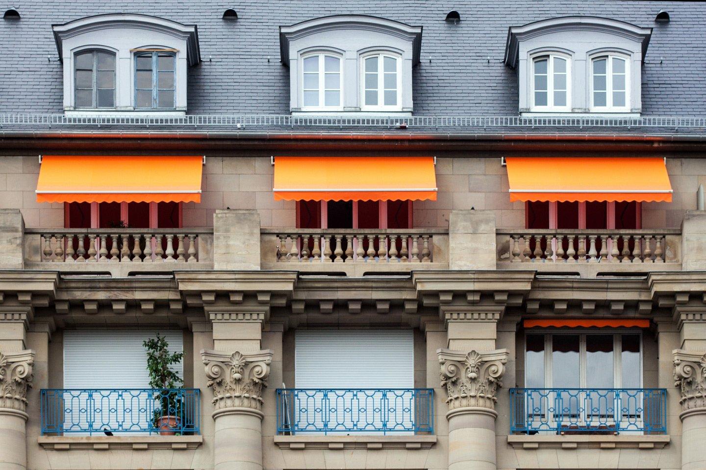 finestre con tende parasole arancioni