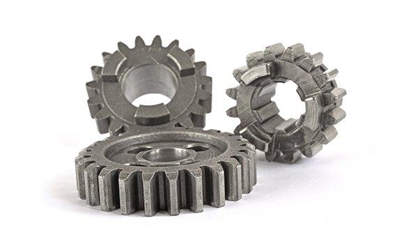 tre ingranaggi in acciaio