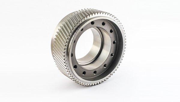 un ingranaggio a forma di ruota in acciaio