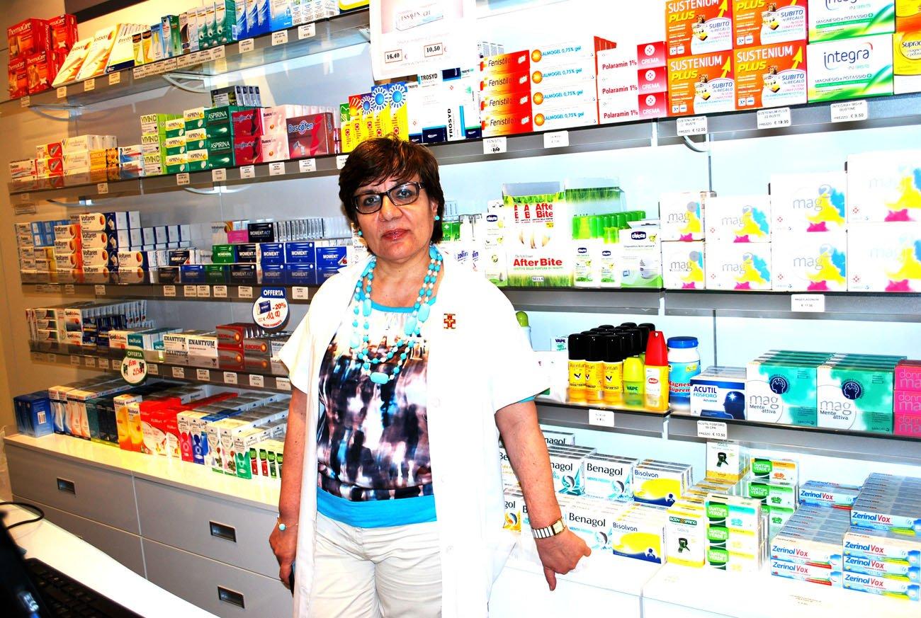 farmacista vicino ai prodotti sugli scaffali