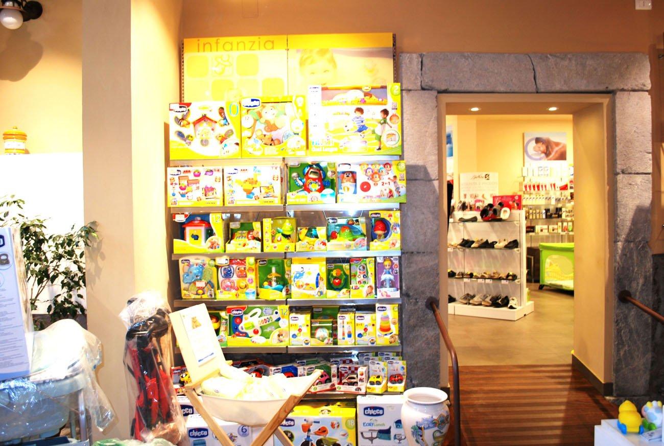 scaffale con prodotti per l`infanzia