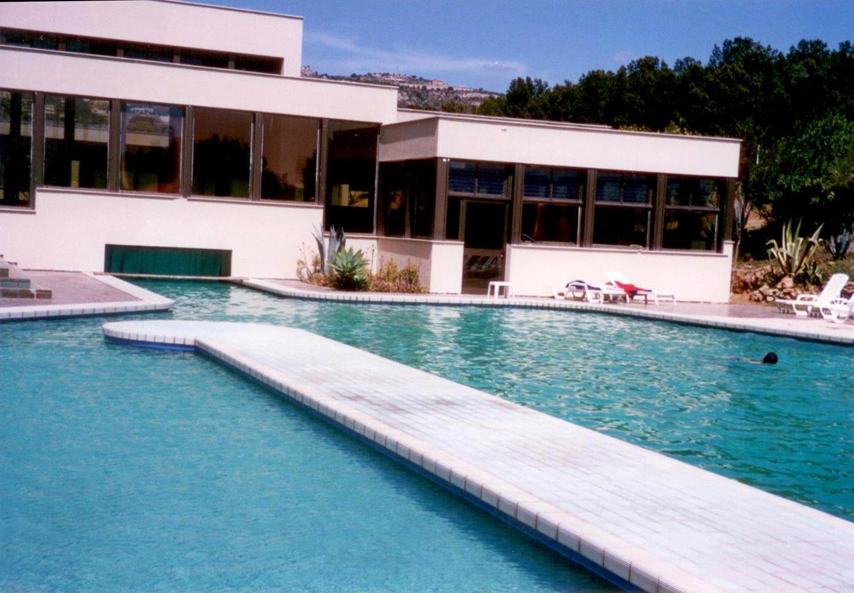 vista di una casa con piscina
