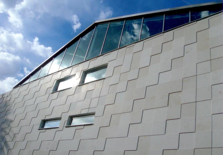 vista laterale di una parete con serramenti in alluminio
