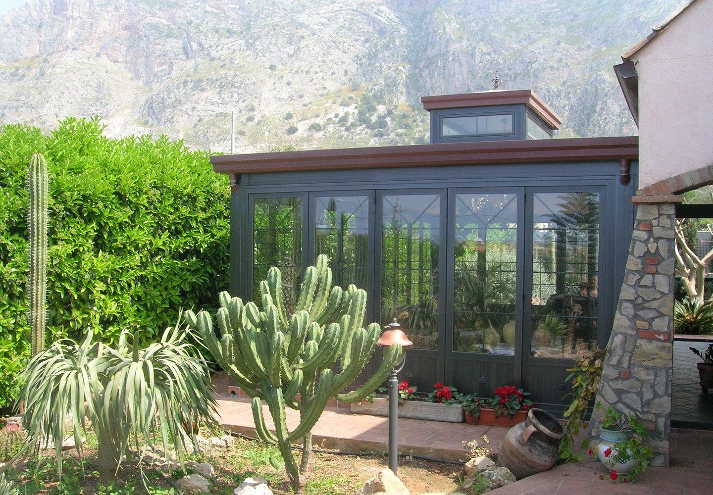 vista esterna di una casa in vetro con vista sul giardino