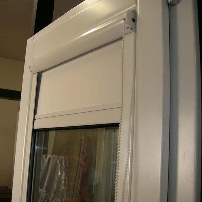 porta aperta con tenda verticale in plastica semi chiusa