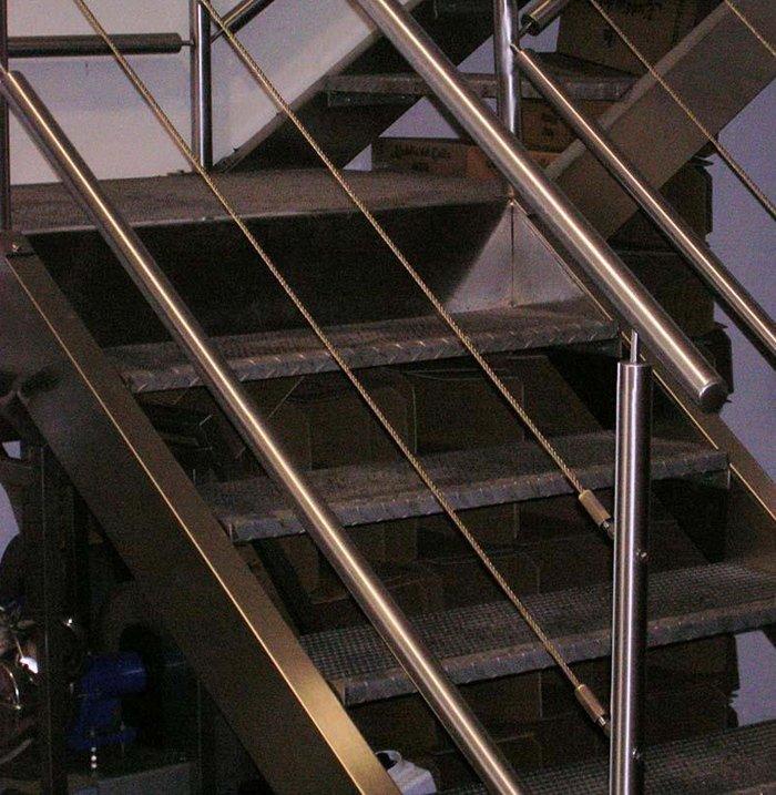 scala con ringhiera in acciaio
