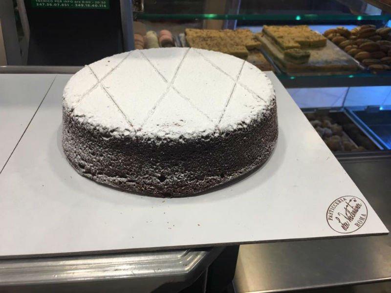 una torta al cioccolato ricoperta di zucchero a velo