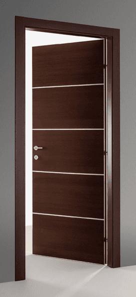 porta marrone con righe bianche