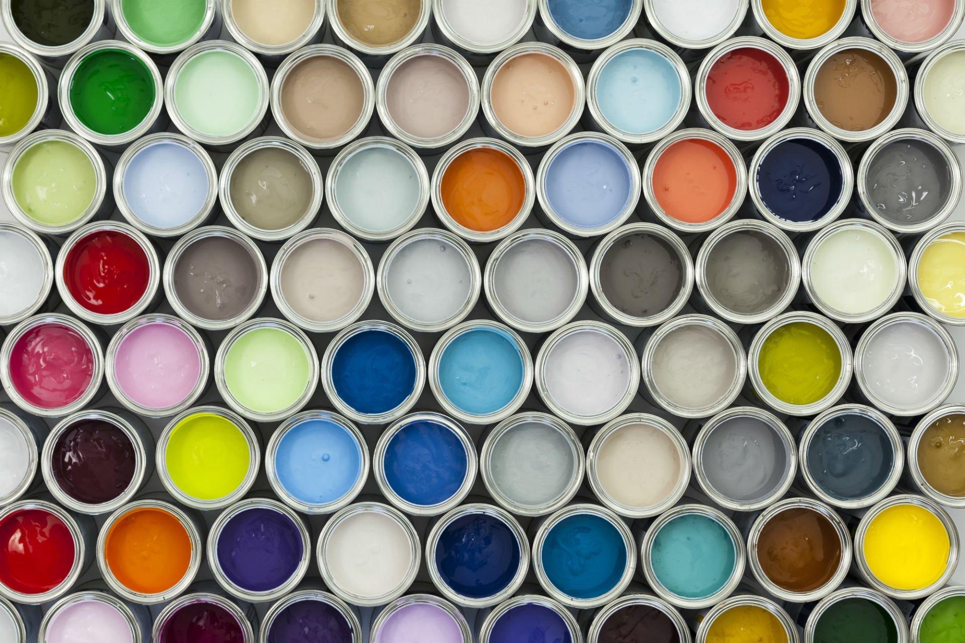 dei barattoli di vernice di diversi colori
