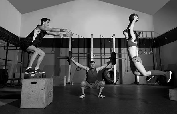 tre giovani si allenano in una palestra