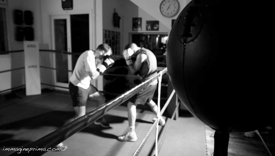due ragazzi durante scontro di boxe